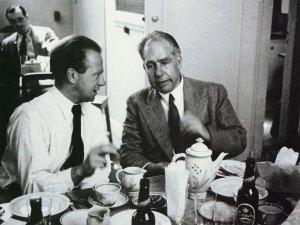 Niels Bohr (derecha) con Werner heisneberg cafeteando